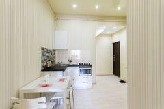 Kleine keuken in een zitslaapkamer royalty-vrije stock afbeeldingen