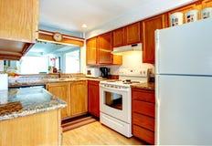 Kleine keukenruimte met witte toestellen royalty-vrije stock afbeelding