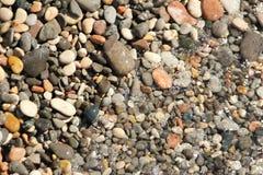 Kleine kiezelstenenkiezelstenen onder de achtergrond van de waterspiegelfoto royalty-vrije stock afbeelding
