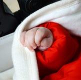 Kleine kind` s hand op een witte wollen sjaal sjaal royalty-vrije stock fotografie
