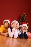 Kleine Kinder als Sankt in der roten Schutzkappe Lizenzfreie Stockbilder