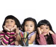 Kleine Kinder auf einem weißen Hintergrund Lizenzfreie Stockfotografie