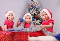 Kleine Kinder in den Schutzkappen stockbilder