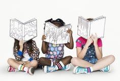 Kleine Kinder, die Geschichten-Bücher lesen stockfotos