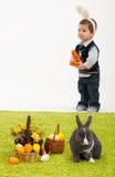 Kleine Kinder, die mit Osterhasen spielen Stockbilder