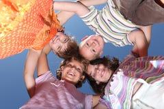 Kleine Kinder, die Spaß draußen haben Stockfotos