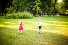 Kleine Kinder in einem Park lizenzfreie stockbilder