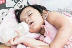 Kleine Kinder essen Milch Lizenzfreie Stockbilder