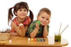 Kleine Kinder mit gemalten Ostereiern Lizenzfreie Stockbilder