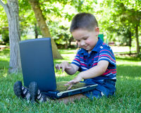 Kleine Kinder mit Laptop Stockfoto