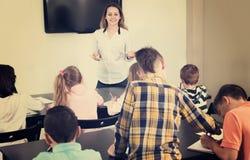 Kleine Kinder mit Lehrer im Klassenzimmer Lizenzfreies Stockbild