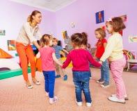 Kleine Kinder und Lehrer Roundelay auf Lektion Lizenzfreies Stockfoto