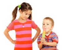 Kleine Kinder, welche die Eiscreme teilen Lizenzfreies Stockfoto