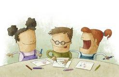 Kleine kinderen bij het klaslokaal dat ambachten doet Royalty-vrije Stock Foto