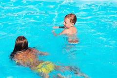 Kleine kinderen die en pret in zwembad met lucht spelen hebben Royalty-vrije Stock Afbeelding