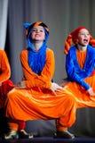 Kleine kinderen die met oude oosterse kostuums op stadium dansen royalty-vrije stock afbeeldingen