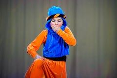 Kleine kinderen die met oude oosterse kostuums op stadium dansen royalty-vrije stock afbeelding