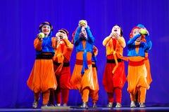 Kleine kinderen die met oude oosterse kostuums op stadium dansen royalty-vrije stock foto's
