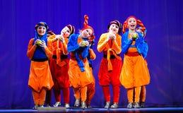 Kleine kinderen die met oude oosterse kostuums op stadium dansen stock fotografie