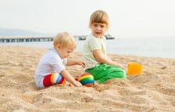 Kleine kinderen die met zand spelen Stock Fotografie
