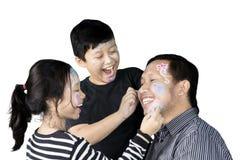 Kleine kinderen die op hun vader trekken Royalty-vrije Stock Foto