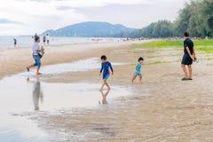 Kleine kinderen die samen in Hua Hin Beach op vakantie spelen Hua Hin, Thailand 14 Oktober, 2017 stock afbeelding