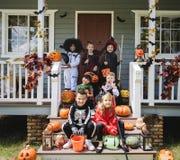 Kleine kinderen in Halloween-kostuums stock foto