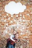 Kleine Kinderen onder Witte Kartonregendruppels Royalty-vrije Stock Afbeelding