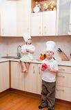 Kleine kinderen op keuken Stock Afbeelding