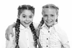 Kleine Kindermode Kindheitsglück Freundschaft und Schwesternschaft kleine Mädchenkinder mit dem perfekten Haar Der Tag der Kinder lizenzfreie stockbilder