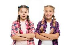 Kleine Kindermode kleine Mädchenkinder mit dem perfekten Haar Kindheitsglück Freundschaft und Schwesternschaft Glückliches kleine stockfoto