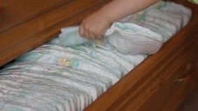 Kleine Kinderspiele mit einer Babywindel, Nahaufnahme stock video footage