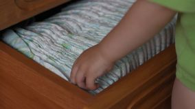 Kleine Kinderspiele mit einer Babywindel, Nahaufnahme stock video