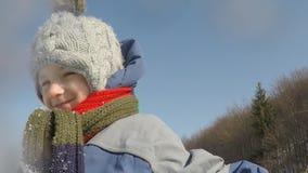 Kleine Kinderspiele mit Schnee stock video