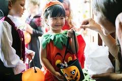 Kleine Kindertrick oder Behandlung auf Halloween stockbilder