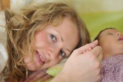 kleine Kindhand des jungen Muttereinflußes Lizenzfreies Stockfoto