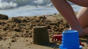 Kleine kindspelen op het strand met speelgoed voor zand stock footage