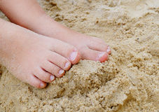 Kleine Kindvoeten in Zand Stock Fotografie