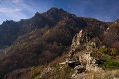 Kleine Kirche auf den Felsen Stockfoto