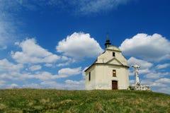 Kleine Kirche auf einem grünen Hügel Stockfotografie