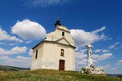 Kleine Kirche auf einem grünen Hügel Stockbild