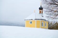 Kleine Kirche in den Alpen während des Winters Lizenzfreie Stockfotografie