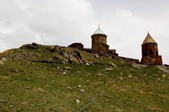 Kleine Kirche in den Bergen von Kaukasus-Ansichten von Giorgia Stockfotografie