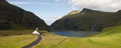 Kleine Kirche in einer schönen Landschaft Lizenzfreie Stockfotos