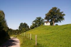 Kleine Kirche nahe Fußweg Stockfoto
