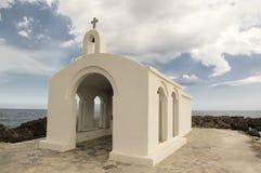Kleine Kirche Sankt Nikolaus verlassen im Meer auf den Steinen und den Felsen lizenzfreies stockfoto