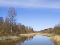 Kleine kleine rivier tegen de blauwe hemel. Stock Fotografie