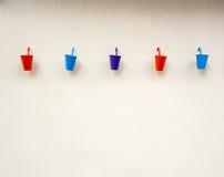 Kleine kleurenemmers op muurachtergrond Royalty-vrije Stock Afbeeldingen