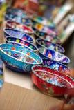 Kleine kleurrijke aardewerkkommen in een rij stock foto's