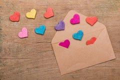 Kleine kleurrijke harten en envelop op houten achtergrond Royalty-vrije Stock Fotografie
